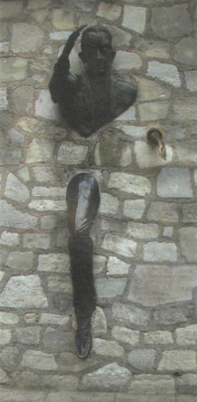 Памятник человеку, который проходил сквозь стены в Париже